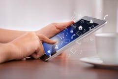 Frau, die Digital-Tablet mit verschiedenen Ikonen verwendet Lizenzfreies Stockfoto