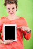 Frau, die Digital-Tablette hält Stockbild