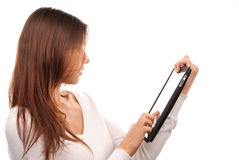 Frau, die Digital-Tablettenotenauflagecomputer verwendet Stockfotos