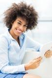 Frau, die digitale Tablette anhält stockfotografie