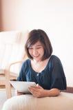 Frau, die digitale Tablette halten und Fällen wunderbar Stockbilder