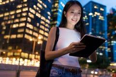 Frau, die digitale Tablette in Hong Kong-Stadt verwendet Stockfotografie
