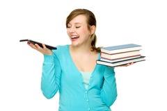 Frau, die digitale Tablette und Bücher anhält Lizenzfreies Stockfoto