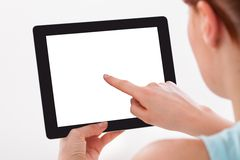 Frau, die digitale Tablette verwendet Stockbild
