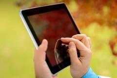 Frau, die digitale Tablette verwendet Lizenzfreies Stockfoto