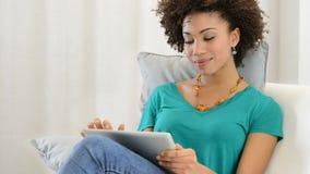 Frau, die digitale Tablette verwendet stock video footage