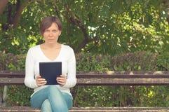 Frau, die digitalen Tablettecomputer verwendet Lizenzfreie Stockfotos