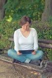 Frau, die digitalen Tablettecomputer verwendet Stockbild