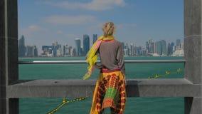 Frau, die Doha-Skyline genießt stock footage