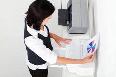 Frau, die Dokument faxt stockfotos