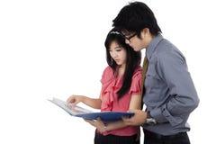 Frau, die Dokument zu ihrem Chef zeigt Lizenzfreies Stockfoto