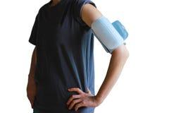 Frau, die drahtlosen Blutdruckarm nimmt Stockfoto