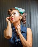 Frau, die drastische Ausdrücke aufwirft Lizenzfreies Stockfoto