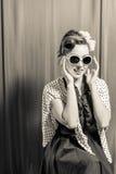 Frau, die drastische Ausdrücke aufwirft Lizenzfreie Stockbilder