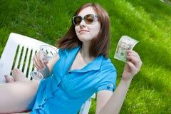 Frau, die draußen auf dem Aufenthaltsraum sitzt lizenzfreies stockfoto