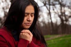 Frau, die draußen betet Stockfotografie