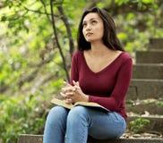 Frau, die draußen betet lizenzfreie stockfotos