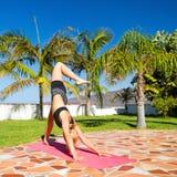 Frau, die draußen das Yoga schön tut Stockfotografie