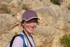 Frau, die draußen an der Kamera, Porträt lächelt lizenzfreie stockfotos