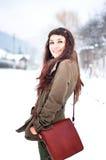 Frau, die draußen in der Winterzeit lächelt Lizenzfreie Stockbilder