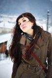 Frau, die draußen in der Winterzeit lächelt Lizenzfreie Stockfotos