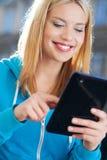 Frau, die draußen digitale Tablette verwendet Lizenzfreie Stockfotos