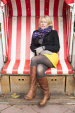 Frau, die draußen in einem Stuhl sitzt Stockfotos