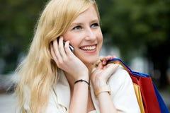 Frau, die draußen Handy verwendet Stockfoto