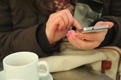 Frau, die draußen Handy verwendet Stockfotos