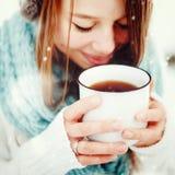 Frau, die draußen heißes Getränk im Winter trinkt Stockbilder