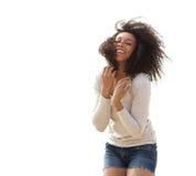 Frau, die draußen kurz gesagt lächelt Lizenzfreies Stockfoto