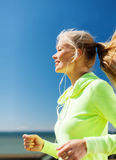 Frau, die draußen laufen tut Lizenzfreies Stockfoto