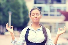 Frau, die draußen meditiert Lizenzfreie Stockfotografie