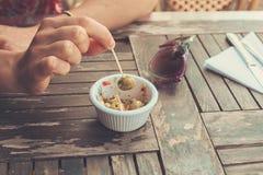 Frau, die draußen Oliven isst Lizenzfreie Stockfotos