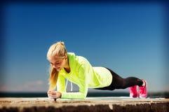 Frau, die draußen Sport tut Stockbild