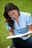 Frau, die draußen studiert Stockfotos