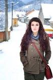 Frau, die draußen in Winterzeit geht Lizenzfreie Stockfotografie