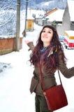 Frau, die draußen in Winterzeit geht Lizenzfreie Stockfotos