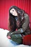 Frau, die draußen in Winterzeit wartet Lizenzfreie Stockfotos