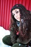 Frau, die draußen in Winterzeit wartet Stockfoto