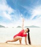Frau, die draußen Yogaübung tut Lizenzfreies Stockbild