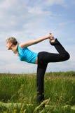Frau, die draußen Yoga tut Lizenzfreie Stockfotografie