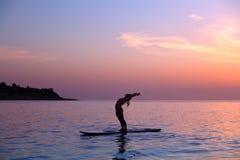 Frau, die draußen Yoga tut lizenzfreie stockbilder