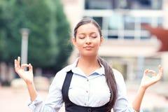 Frau, die draußen meditiert Stockfotografie
