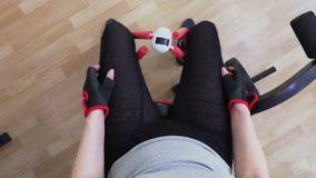 Frau, die Draufsicht der inneren Schenkelübung tut stock footage