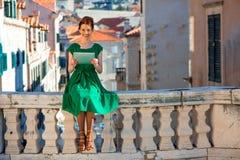 Frau, die in Dubrovnik-Stadt reist Lizenzfreies Stockfoto