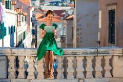 Frau, die in Dubrovnik-Stadt reist Stockbilder