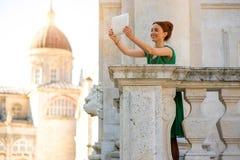 Frau, die in Dubrovnik-Stadt reist Stockbild