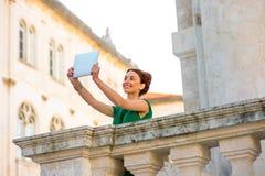 Frau, die in Dubrovnik-Stadt reist Lizenzfreies Stockbild
