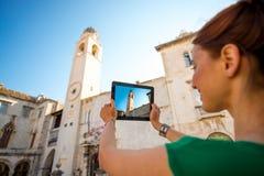 Frau, die in Dubrovnik-Stadt reist Lizenzfreie Stockbilder